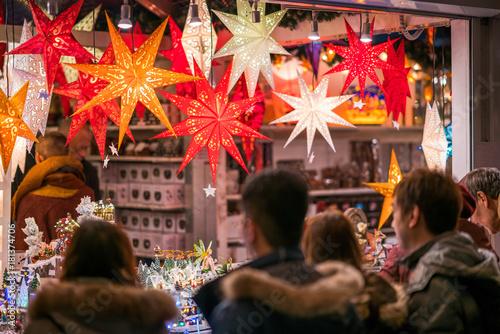 Fototapeta Ludzie kupujący wyroby rękodzielnicze na Jarmarku Bożonarodzeniowym