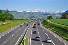 Autobahn A3 Von Zürich Nach Chur - Mit Fahrenden Autos - Im Hintergrund Schweizer Berge Im Schnee, Schweiz