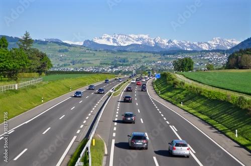 Fotografía  Autobahn A3 von Zürich nach Chur - mit fahrenden Autos - im Hintergrund Schweize