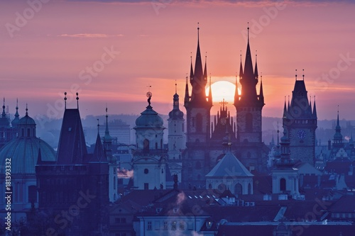 Staande foto Praag Sun disk between spires of the Prague Old Town Church of Our Lady before Tyn