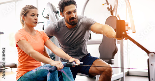 Foto Personal trainer helping