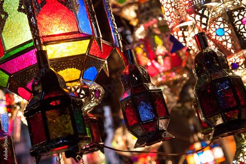 Kolorowe lampy i lampiony na rynku w Maroku