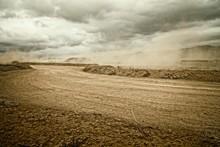 Carretera De Tierra Con Polvo Por El Viento Un Dia Nublado