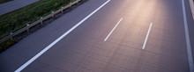 Autobahn In Deutschland Bei Leichter Dämmerung