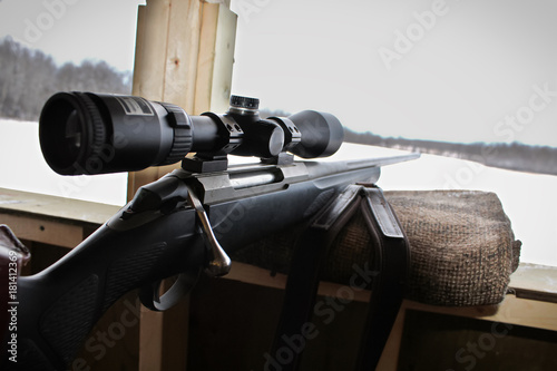 Fotografía  Closeup of a rifle bolt and scope while hunting