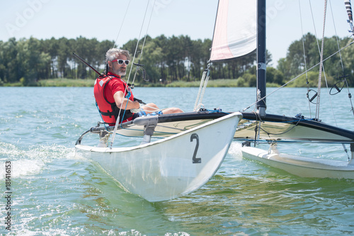 Poster Zeilen man on his sailboat
