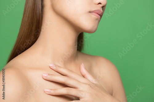 Fotomural Neckline of young woman. Skin care concept.
