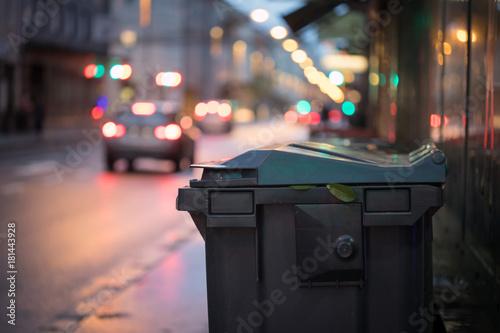 Abfalltonnen am Straßenrand, Abend und unscharfe Autos/Stau Canvas Print