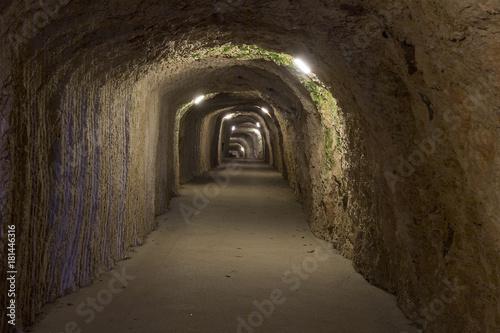 Papiers peints Tunnel Tunnel zur Schauhöhle von Vallorbe, Jura VD, Schweiz