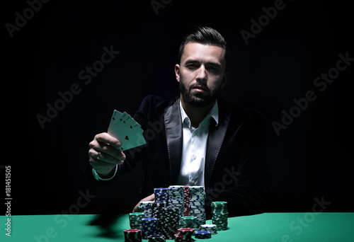 Photo Happy poker player winning and holding a pair of aces
