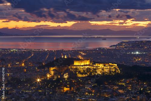 Plakat Widok akropol i miasto Ateny od Lycabettus wzgórza przy zmierzchem, Grecja.