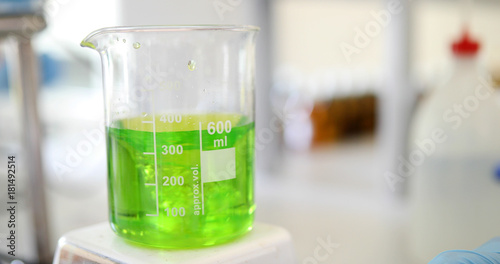 Photo Mechanical stirring, liquid of green color is mixed in a round flask