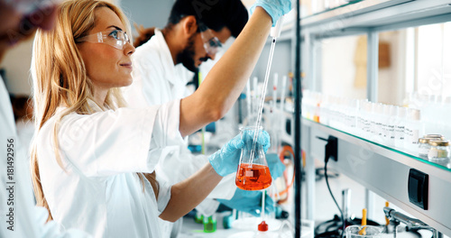 Photo  Female student of chemistry working in laboratory
