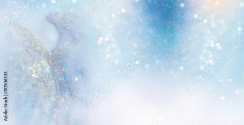 Fotomural Engel in abstrakter hell erleuchteter winterlicher Szenerie