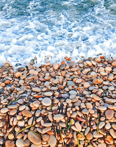 Fotomural  Part of the pebble beach and sea