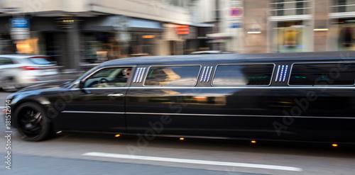 Fotografia long luxury limousine speeding in the city