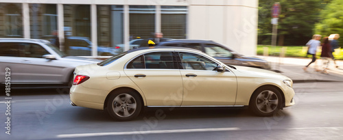Foto german taxi cab speeding in the city