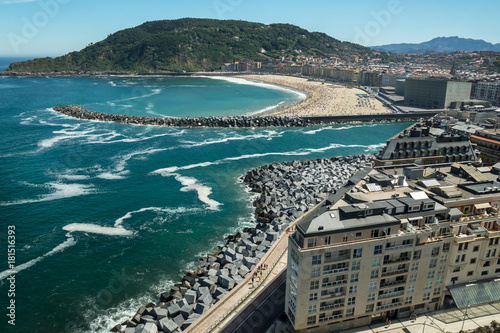 Photo  Donostia / San Sebastian city in Spain during the summer day with beaches, ocean and mountains