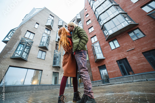 Fotografía  Couple kissing outdoors in a urban surroundings.