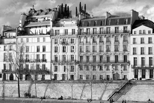 typowy-budynek-paryza