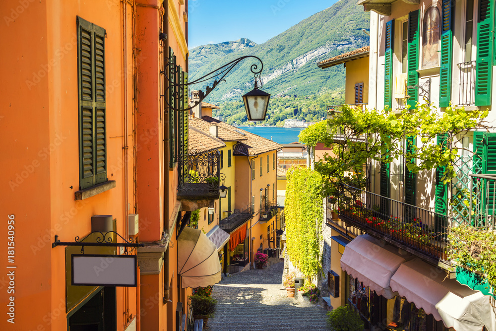 Malownicza i kolorowa ulica starego miasta we włoskim mieście Bellagio