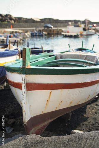 Photo boats moored on shore