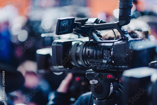 Fényképezés  Camera at a press conference