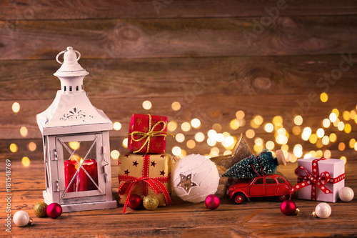 Photo  Christmas decoration with lantern and gift boxes