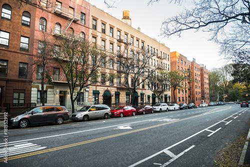 Deurstickers New York City Generic manhattan uptown Upper West Side street with buldings in New York City