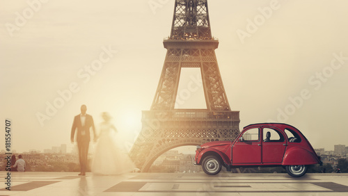 Papiers peints Paris wedding couple with classic car at the Tour Eiffel on Trocadero square.