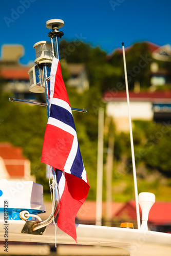 Plakat Norweski flaga miasta ulicy w tle