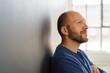 canvas print picture - lächelnder mann schaut nach oben