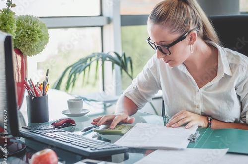 Fotografía  Accountant making a financial report
