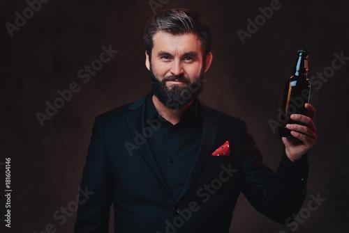 Fotomural A man in a black suit presenting craft beer.