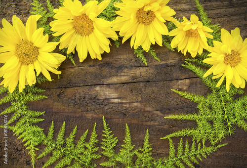 Photo  fondo de madera con flores amarillas