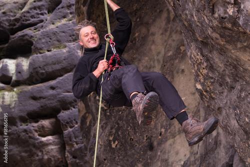 Tuinposter Alpinisme Mann beim Bergsteigen
