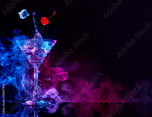 Photo sur Aluminium Cocktail martini cocktail splashing in blue and purple smoky background