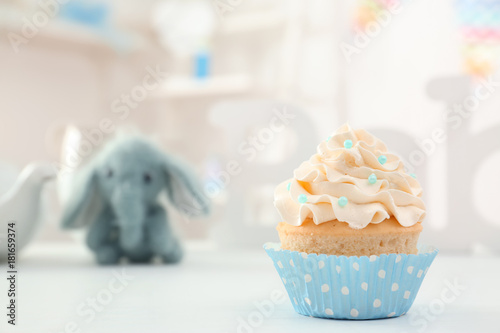 Photo  Tasty cupcake for baby shower party on table