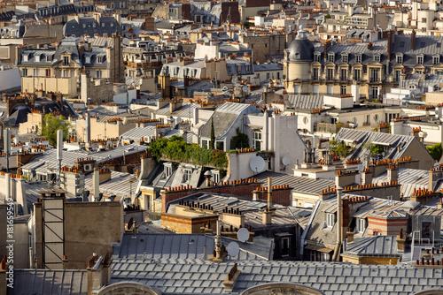 Obraz na dibondzie (fotoboard) Latem dachy Paryża z ogrodami dachowymi, mansardowymi i francuskimi dachami. 17th Arrondissement of Paris, France