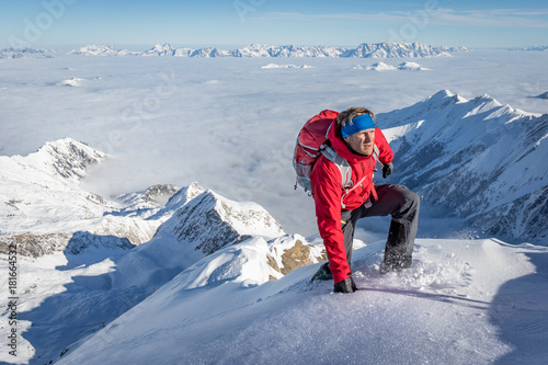 Photo sur Aluminium Alpinisme Mountaineer climbing up a snowy ridge in the alps