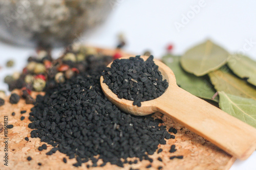 Czarne ziarna czarnuszki