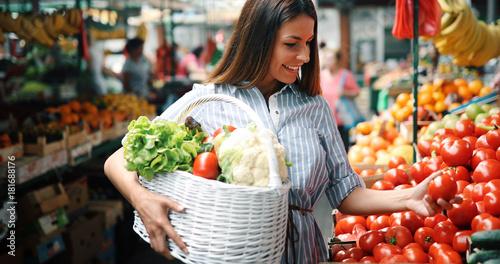 Fotografía Portrait of beautiful woman holding shopping basket