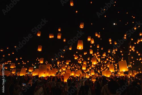 Fotografie, Obraz  yee peng , Floating lanterns festival in Chiang mai Thailand