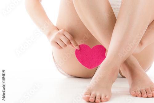 Fotomural 股にハートを持つ女性