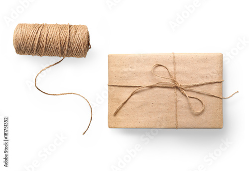 Fotografía  parcel wrapped packaged box gift and rope isolated on white background