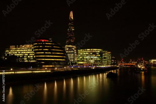 Papiers peints Londres Nocnywidok na city of london i rzekę Tamizę, długie naświetlanie