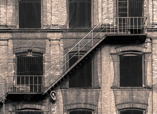 Stara fabryka i schody przeciwpożarowe, w stylu retro