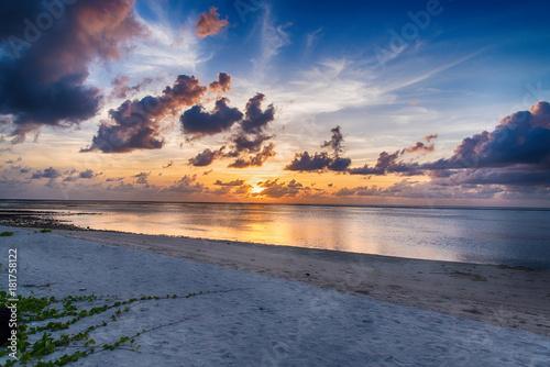 wschod-slonca-nad-morzem-ocean-fala-w-maldives