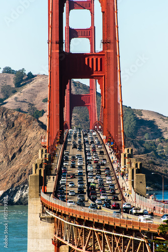 Tuinposter San Francisco Auto Verkehr auf der Golden Gate Bridge in San Francisco