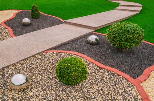 Photo Ziergarten Vorgarten mit Ziergranulat Edelstahlkugeln und Gartenweg aus rosa Gra